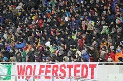 Les gens observent les parties de football Photos libres de droits