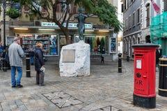 Les gens observent que la statue du Nelson près de Trafalgar Square Gibraltar est un territoire d'outre-mer et un promontoire bri Photo libre de droits