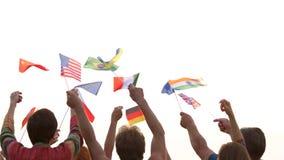 Les gens ondulant différents drapeaux dehors clips vidéos