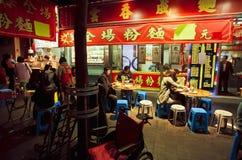 Les gens ont acheté la nourriture à un restaurant chinois vers la fin de la soirée Image stock