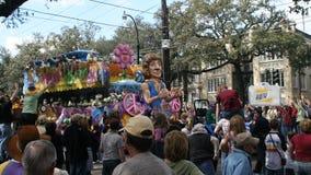 Les gens ont célébré fou dans le défilé de mardi gras. Photo libre de droits