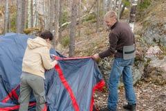 Les gens ont installé une tente photo libre de droits