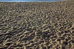 Les gens ont piétiné le sable sur la plage de la mer Méditerranée dans le morni Photos stock
