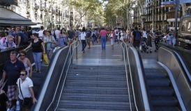 Les gens ont réuni sur le ` s Rambla de Barcelone après atack de terroriste photo libre de droits