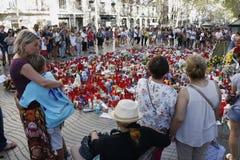 Les gens ont réuni sur le ` s Rambla de Barcelone après atack de terroriste photographie stock libre de droits