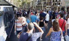 Les gens ont réuni sur le ` s Rambla de Barcelone après atack de terroriste images libres de droits