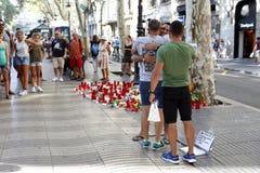 Les gens ont réuni sur le ` s Rambla de Barcelone après atack de terroriste photo stock
