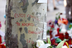 Les gens ont réuni sur le ` s Rambla de Barcelone après atack de terroriste image libre de droits