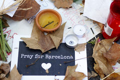 Les gens ont réuni sur le ` s Rambla de Barcelone après atack de terroriste image stock