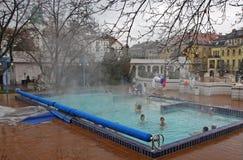 Les gens ont un bain thermique dans la station thermale de Gellert à Budapest Photographie stock libre de droits