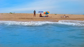 Les gens ont un repos sur le littoral Photo libre de droits