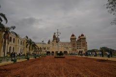 Les gens ont visité le palais de Mysore pendant le jour de république Images stock
