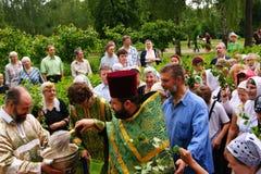 Les gens orthodoxes célèbrent un Pentecost Photographie stock libre de droits