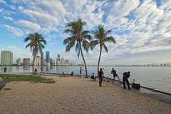 Les gens pêchant avec l'horizon de Miami à l'arrière-plan photo stock