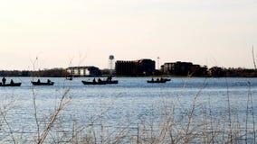 Les gens pêchant dans des canots automobiles sur le lac Bemidji au Minnesota banque de vidéos