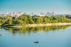 Les gens pêchant du bateau à rames en rivière de Sozh dans Gomel, Belarus photos stock