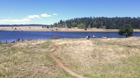 Les gens pêchant et appréciant le jour dans un des lacs multiples de l'enregistrement Image stock