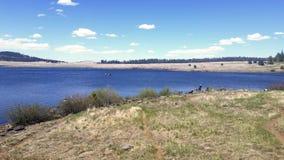 Les gens pêchant et appréciant le jour dans un des lacs multiples de l'enregistrement Images stock