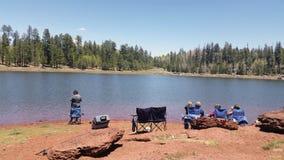 Les gens pêchant et appréciant le jour dans un des lacs multiples de l'enregistrement Images libres de droits