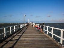 Les gens pêchant sur le pont en bois. Images libres de droits
