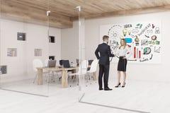 Les gens parlant dans la salle de conférence avec des murs de verre et des affaires illustration stock
