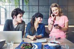 Les gens parlant l'unité Co d'amis de technologie de Tablette de Digital Photos libres de droits