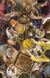 Les gens partageant la nourriture à la table Photographie stock