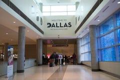 Les gens partant sur la sortie d'aéroport de Dallas Love Field Images libres de droits