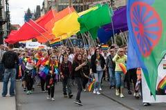 Les gens participant à la fierté de Prague - une grande fierté gaie et lesbienne Photographie stock libre de droits