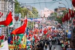 Les gens participant au défilé consacré à Photos libres de droits