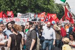 Les gens participant pendant le jour de libération défilent à Milan Image libre de droits
