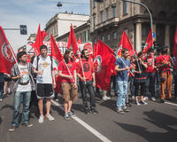 Les gens participant pendant le jour de libération défilent à Milan Images libres de droits