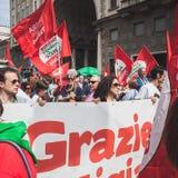 Les gens participant pendant le jour de libération défilent à Milan Photo libre de droits