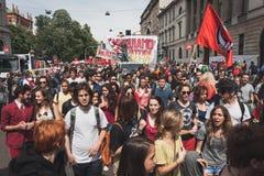 Les gens participant pendant le jour de libération défilent à Milan Photographie stock libre de droits