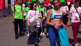 Les gens, les participants et les organisateurs du marathon dans Zaporozhye Après la course, soyez fatigué La voie pour des coure banque de vidéos