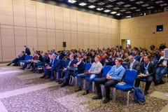 Les gens participent à la conférence d'affaires dans le hall du congrès Photos libres de droits