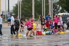 Les gens participent au combat de ballon d'eau énorme de groupe Image libre de droits