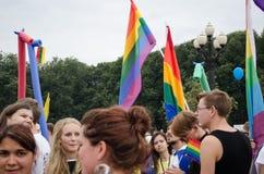 Les gens participent au défilé lesbien gai annuel Image stock