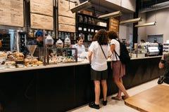 Les gens passant commande au compteur en rétro café dénommé photos libres de droits