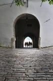 Les gens passant par la vieille porte de ville dans Motovun, Croatie image stock