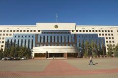 Les gens passent le conseil du bâtiment de ville d'Astana à Astana, Kazakhstan Photos libres de droits