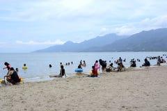 Les gens passent le temps de vacances d'été sur la plage sablonneuse blanche Images libres de droits