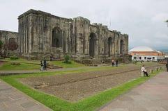 Les gens passent les ruines de la cathédrale de Santiago Apostol dans Cartago, Costa Rica Images stock