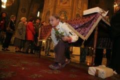 Les gens passent sous la table dans l'église pour la tradition de Pâques à Sofia, Bulgarie Photographie stock