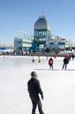 Les gens patinant à la piste de patinage de glace de vieux port Photos libres de droits