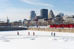 Les gens patinant à la piste de patinage de glace de vieux port Photos stock