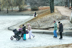 Les gens patinant sur l'étang apprêtent en parc russe Image libre de droits