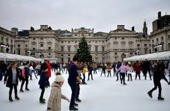 Les gens patinant sur la glace chez Somerset House Christmas Ice Rink Londres, Royaume-Uni, décembre 2018 photographie stock libre de droits