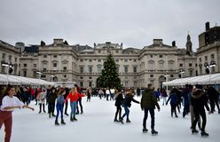 Les gens patinant sur la glace chez Somerset House Christmas Ice Rink Londres, Royaume-Uni, décembre 2018 photos stock