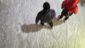 Les gens patinent dans la piste de patinage ouverte de glace banque de vidéos